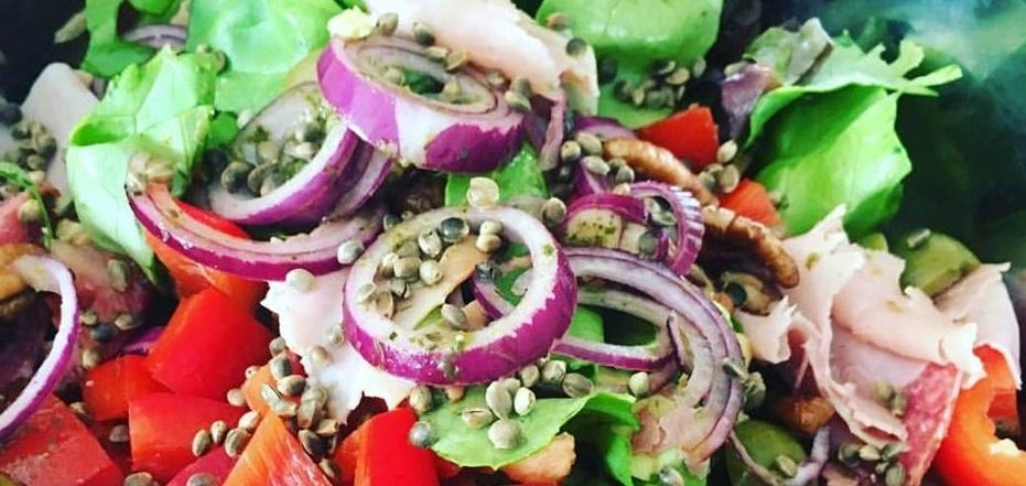 Italiaanse salade met pestodressing