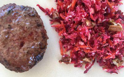 Beefburger met een frisse koolsalade