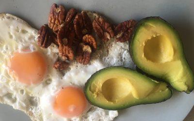 Gebakken ei met avocado en pecannoten